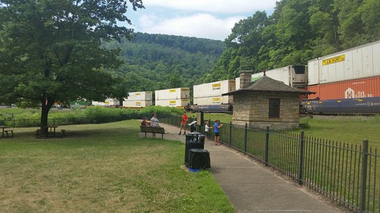 Altoona, Pensilvania: Traveling the curve lots of benches and picnic tables up here