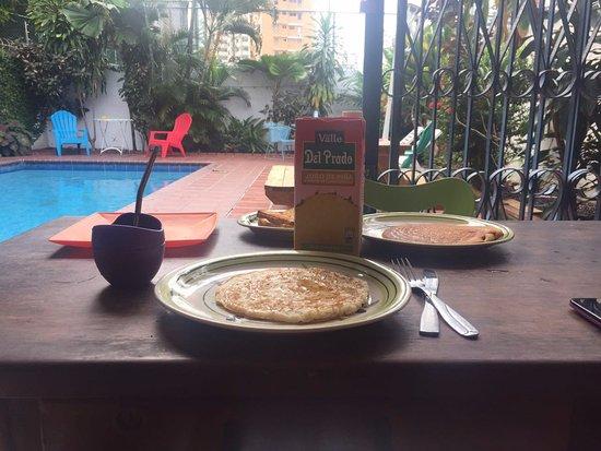 Hostel Villa Vento Surf: Desayunando