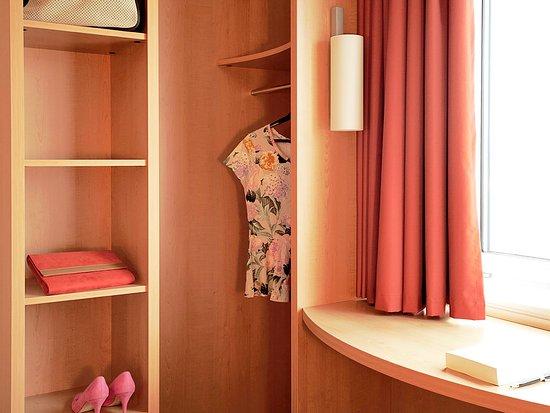 Bron, Frankrike: Guest Room
