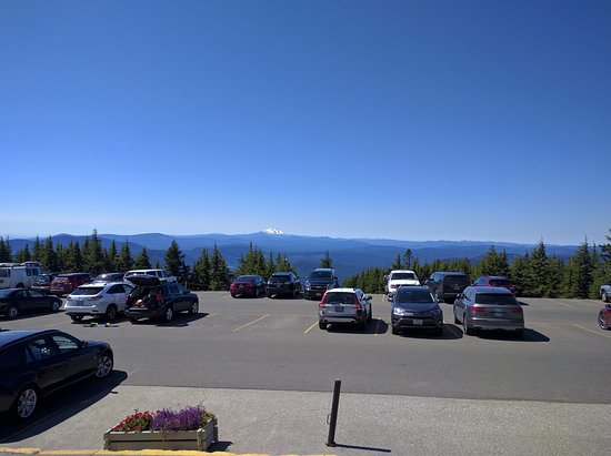 Timberline Lodge, Oregón: Parking lot with a view!
