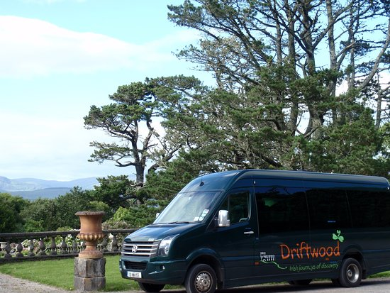 Greystones, Ierland: Here is our van at Bantry House.