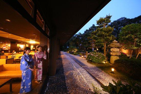 加賀の雰囲気を出した美しい中庭を是非ご堪能ください