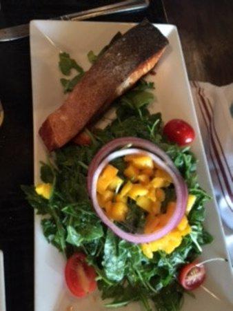 Northport, Nowy Jork: salmon with mango salad