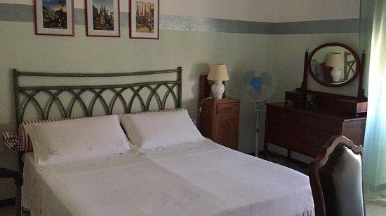 Ploaghe, Italien: Nuestra habitación, bonita, limpia y acogedora, no usamos el ventilador porque por la noche hace