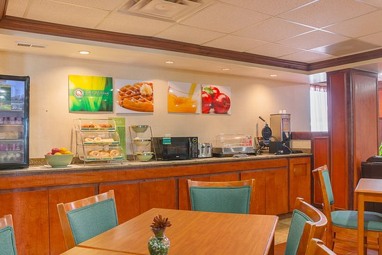 Quality Inn & Suites Romulus : Breakfast Area