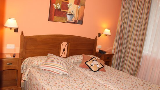 Gudamendi Hotel: Room 107. Ground floor. Twin beds pushed together. Large bathroom. Well lit.