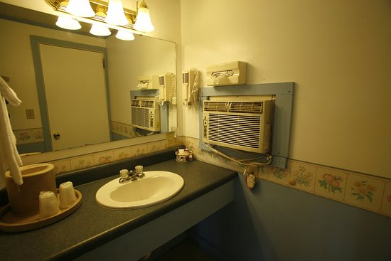 Bennington Motor Inn: Non-Smoking 2 Bed Room Bathroom