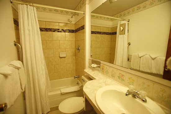 Bennington Motor Inn: Two Bedroom Unit Bathroom