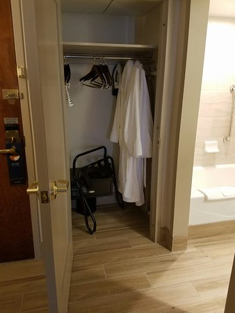 Hilton Knoxville Airport: Closet with 2 nice robes