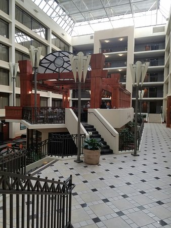 Hilton Knoxville Airport: Inner lobby area and bar