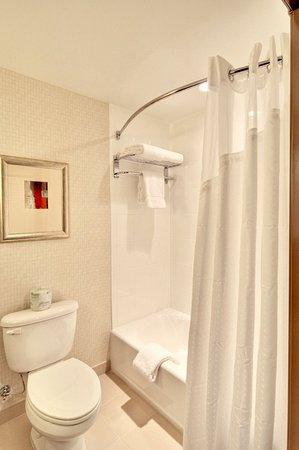 Springfield, OR: Guest Room Bathroom