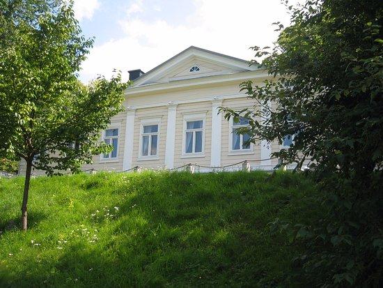 Hus Lindman: Huset fotat från kajen vid ån