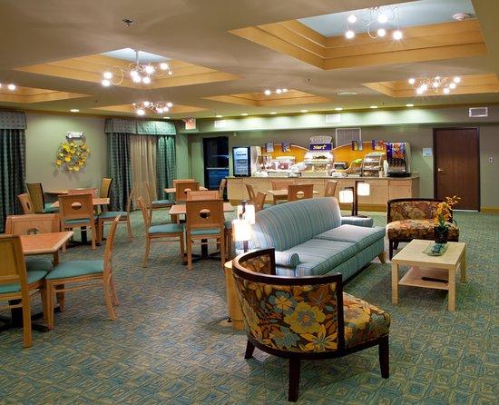 Thornburg, فيرجينيا: Enjoy our Signature Holiday Inn Cinnamon Roll