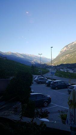 Corin-de-la-Crête, Suisse : La vue depuis l'intérieur du restaurant