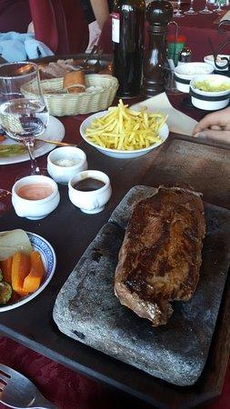 Corin-de-la-Crête, Suisse : Viande sur ardoise (kangorou)