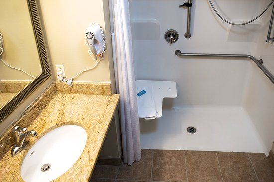 Devils Lake, Dakota du Nord : Wheelchair accessible bathroom and shower