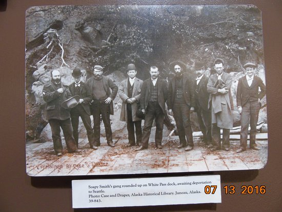 Skagway Museum and Archives: Photo inside museum of Soapy Smith's gang.