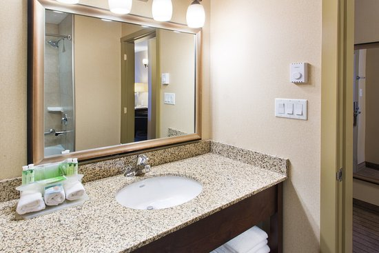 Courtenay, Canadá: Two Room Family Suite Guest Bathroom