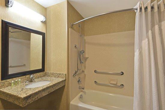 Holiday Inn Express Hotel & Suites Richfield: Modern ADA Bath