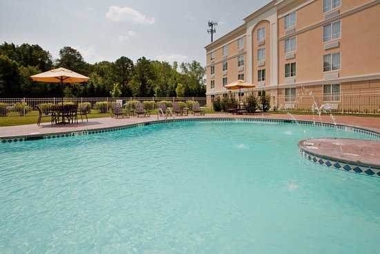 Holiday Inn Richmond South-Bells Road: Relax and enjoy a sunny day by the seasonal pool