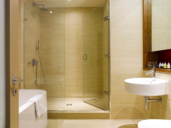 Apex London Wall Hotel: Bathrooms with walk-in shower and bath