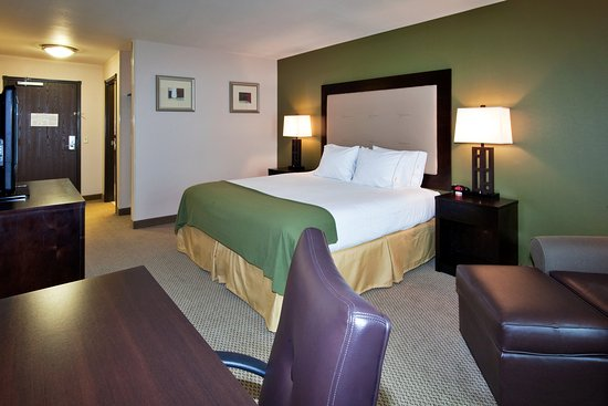 Holiday Inn Express Hotel & Suites Dewitt (Syracuse): Relax in our spacious King room with a comfortable desk area.