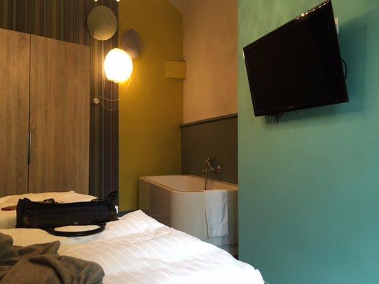 Hotel Saint Shermin: bath tub in the room!