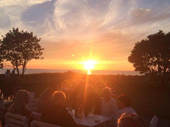 Tofta, Suecia: Magisk solnedgång på uteserveringen hos Gnisvard 110.