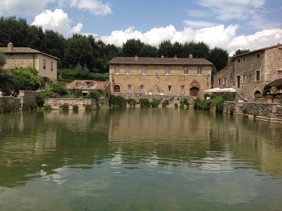 現在も湧き続ける温泉。ここが街の真ん中のPiazza delle sorgenti(源泉 ...