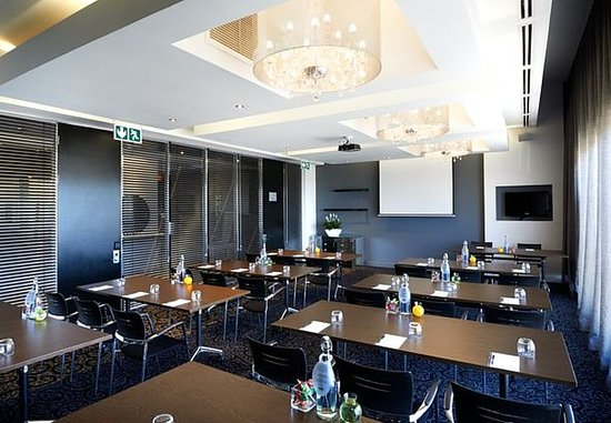 Protea Hotel Fire & Ice! by Marriott Johannesburg Melrose Arch: Paris Conference Room – Classroom Setup