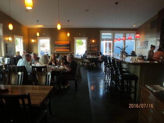 Coupeville, WA: dining room and bar