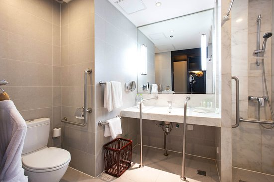 Holiday Inn Beijing Focus Square: Bathroom of Wheelchair Accessible Room