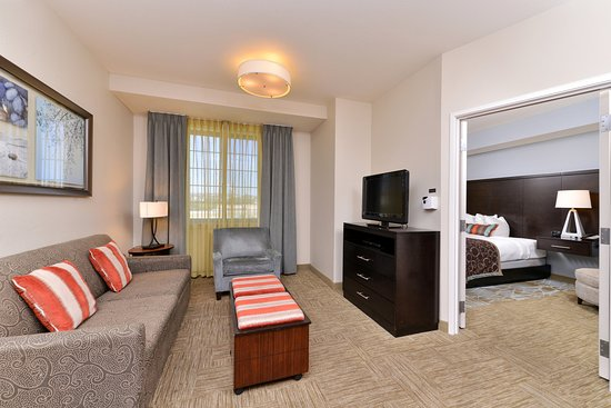 Staybridge Suites Stone Oak: Relax in our suites living room area