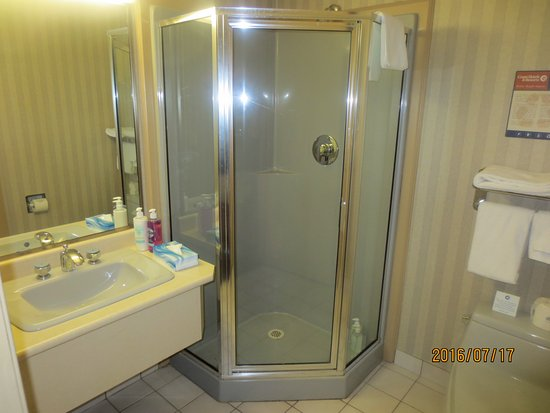 Delta, Canada: cramped bathroom w/tiny vanity