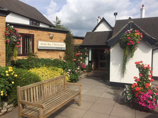 Draycott in the Clay, UK: The Boars Head in bloom 2016