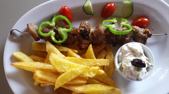 Mistral Restaurant and Bar: Chicken souvlaki with chips fried in extra virgin olive oil