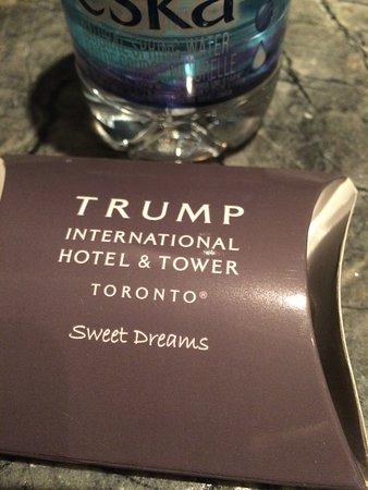 Trump International Hotel & Tower Toronto: Till natträddningen får man en sötsak och vatten.