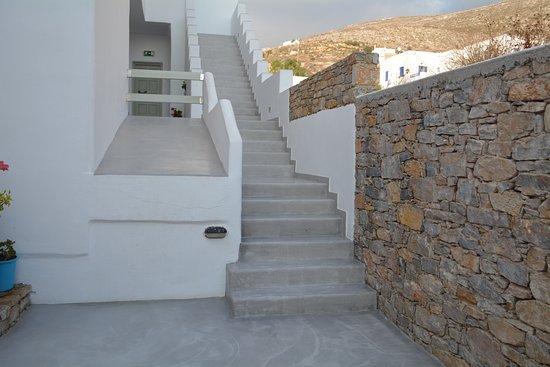 Yperia Hotel: Escalier distribuant les chambres situées à l'étage