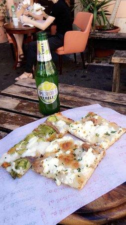 La Boccaccia: Euros only. No cards. Delicious pizza!