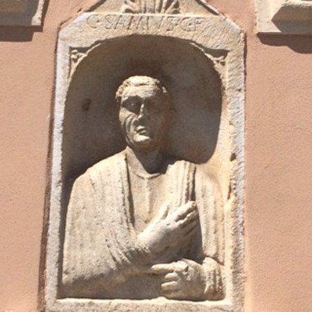Teggiano, อิตาลี: stele romana incastonata nella parete laterale