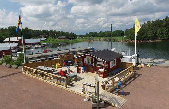Saltvik, Finlandia: View over the kiosk and Sandra´s Veranda. The guest harbor is located right next to it.