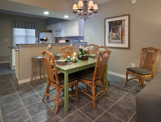 Holiday Inn Club Vacations Panama City Beach Resort: Enjoy the separate dining area in the open floorplan