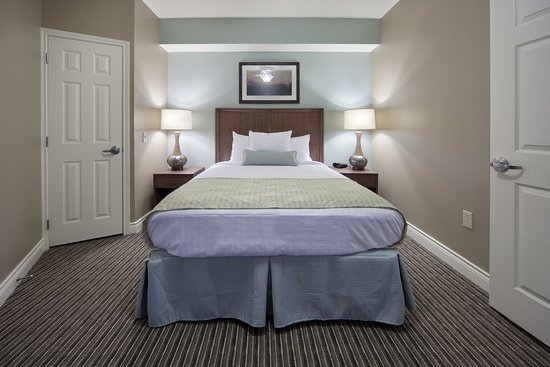 Holiday Inn Club Vacations Galveston Beach Resort: Queen size bed in a standard one bedroom efficiency