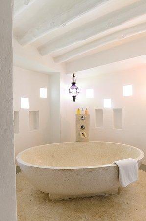 Matemwe Lodge, Asilia Africa: The beautiful bathtub at Matemwe Lodge