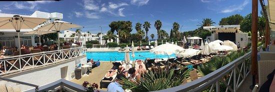 Hotel Rocamarina: Pool area daytime and night