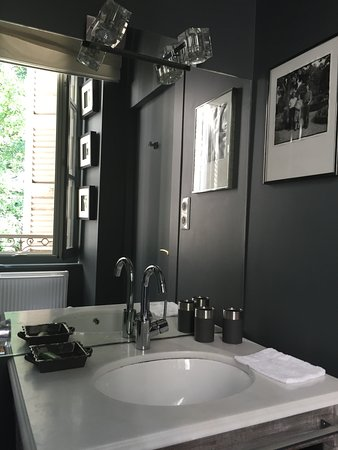 La Maison d'Hotes du Parc: Our bathroom with window