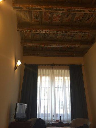 โรงแรม เดอะ ชาร์ลส์: techos de madera antiguos
