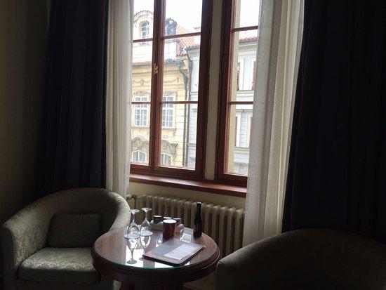 โรงแรม เดอะ ชาร์ลส์: vistas a la calle principal