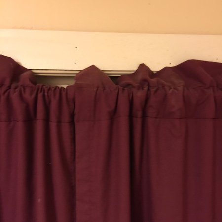 River View Lodge: dusty curtains