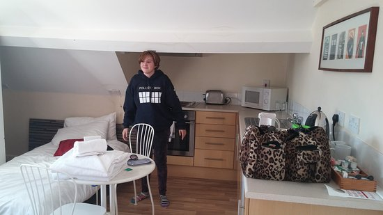 Ty Rosa B&B: The kitchenette and additional bed for our daughter.